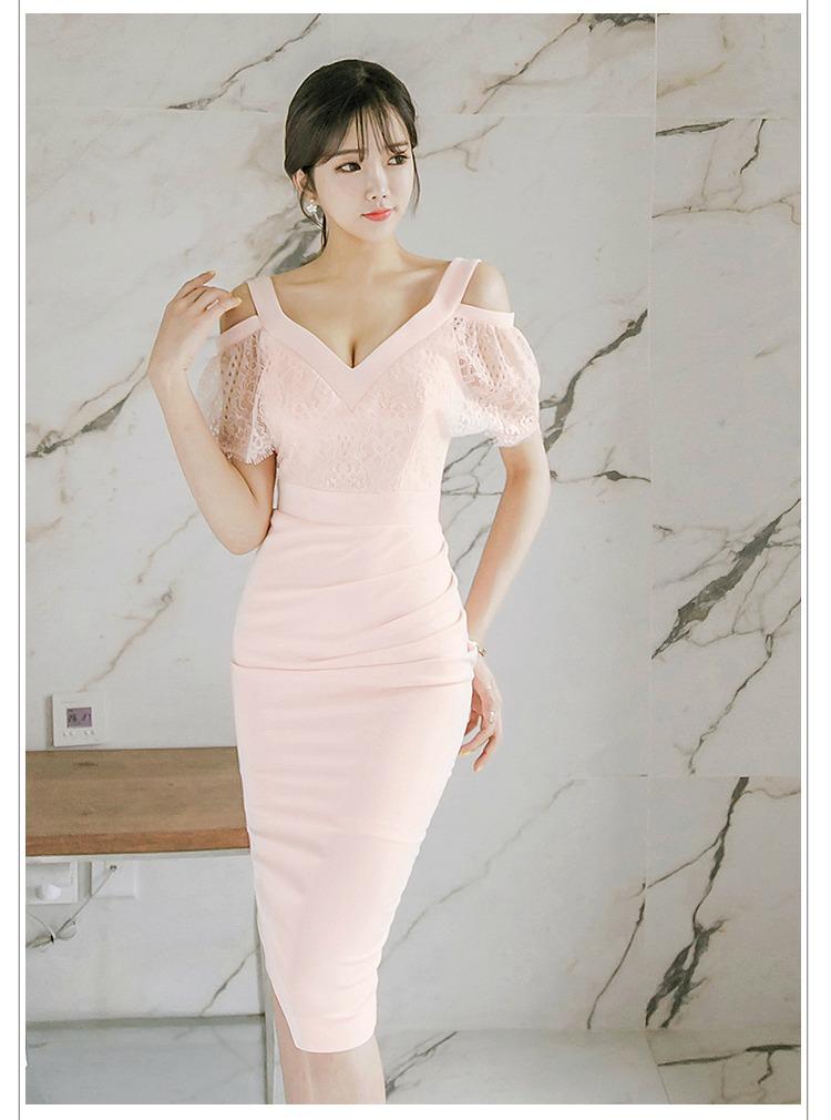 ชุดเดรสสวยๆ ผ้าโพลีเอสเตอร์ผสมสีชมพูโอรส สายเดี่ยว เปิดไหล่
