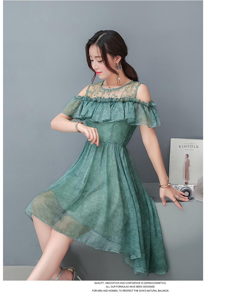 ชุดเดรสสวยๆ ผ้าชีฟองเนื้อผ้ามีลายเส้นเหมือนแบบ สีเขียว ช่วงไหล่เป็นผ้าลูกไม้ปักลายดอกไม้เล็กๆ