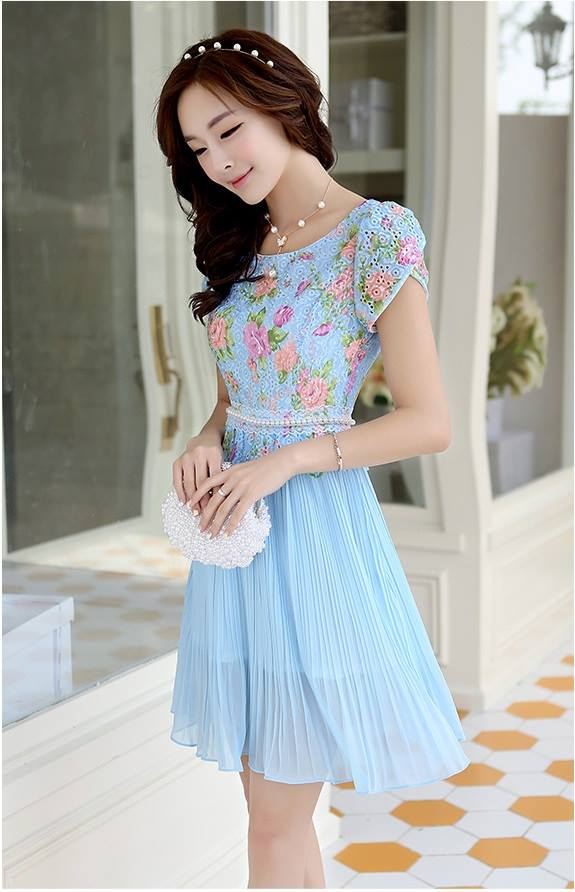 ชุดเดรสสวยๆ ตัวเสื้อผ้าลูกไม้ ปักสีฟ้า พิมพ์ลายดอกกุหลาบ