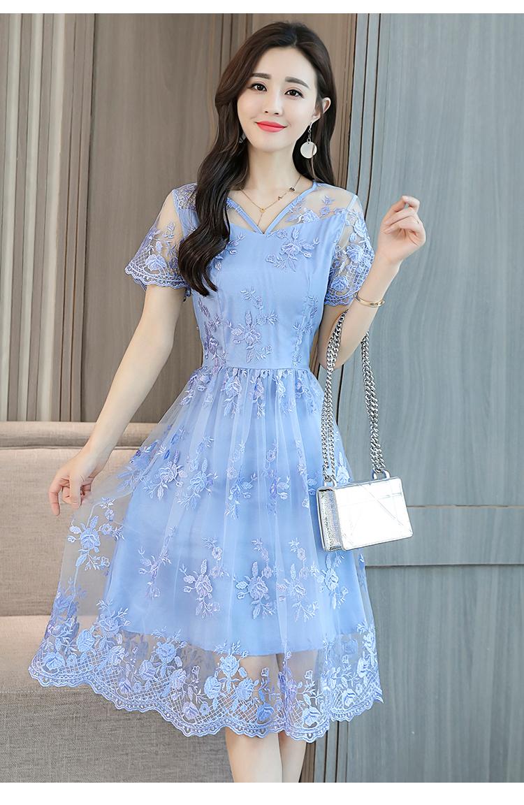 ชุดเดรสสีฟ้าใส่วันแม่ เดรสผ้าลูกไม้ปักลาลายดอกไม้สีฟ้า ช่วงไหล่ผ้าซีทรูงานปักสายละเอียดเหมือนแบบ