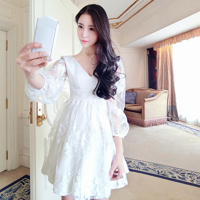 ชุดเดรสออกงาน ผ้าคอตตอนผสม ทอลายในตัวสวย สีขาว คอวี