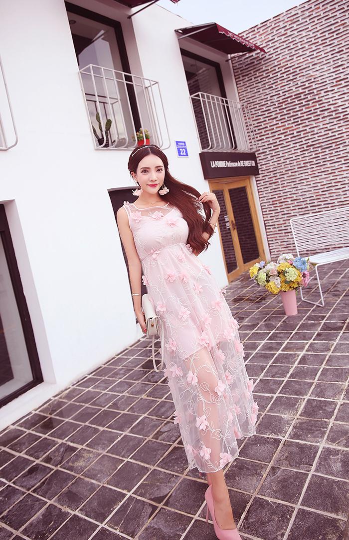 ชุดเดรสยาว ผ้าไหมแก้ว organza สีชมพู ปักด้วยด้ายสีขาวครีม เดินเส้นด้ายทั้งชุด