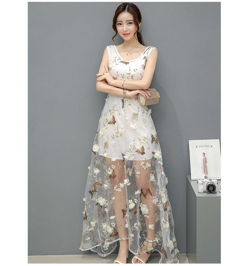 ชุดเดรสยาว ผ้าไหมแก้ว organza สีขาวพิมพ์ลายผีเสื้อ และแต่งด้วยผ้ารูปดอกไม้สามมิติ