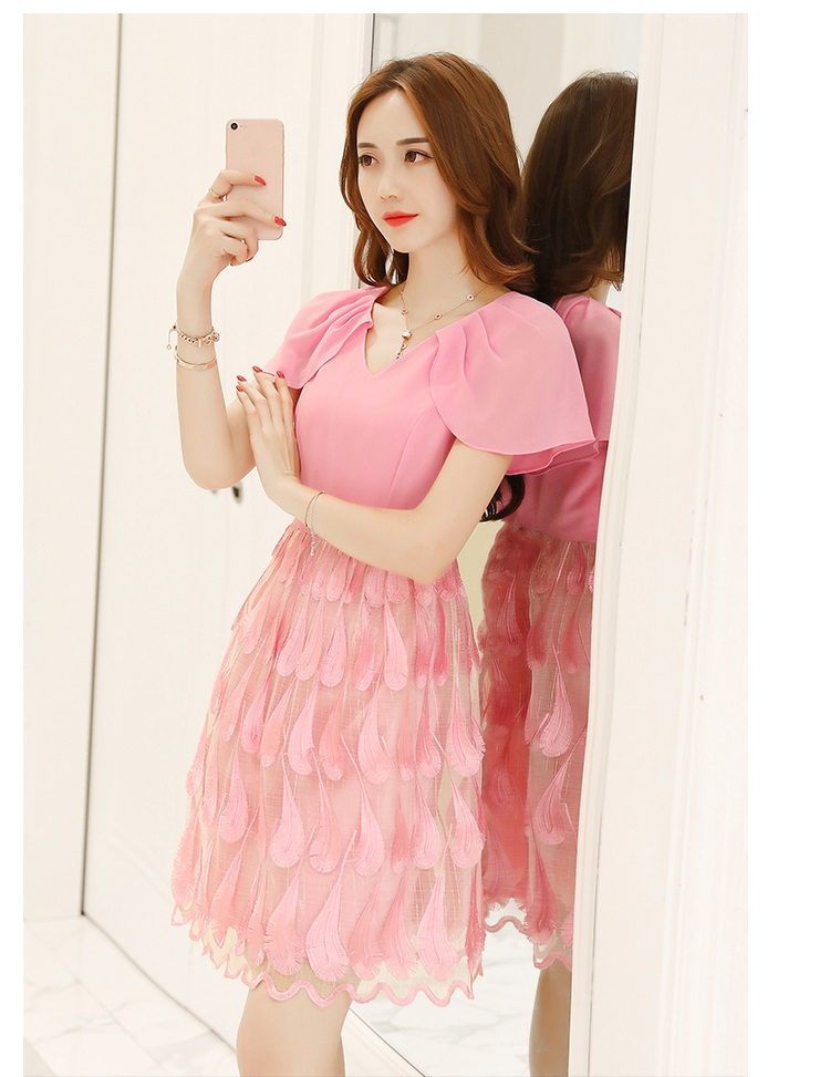 ชุดเดรสสวยๆ ตัวเสื้อผ้าชีฟองเนื้อดีสีชมพู คอวี แขนกุด มีผ้าที่ไหล่ยาวมาปิดต้นแขน