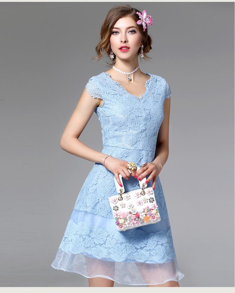 ชุดเดรสลูกไม้ ผ้าเนื้อดีลายดอกไม้สีฟ้า คอวี เดรสเข้ารูปช่วงเอว กระโปรงทรงเอ