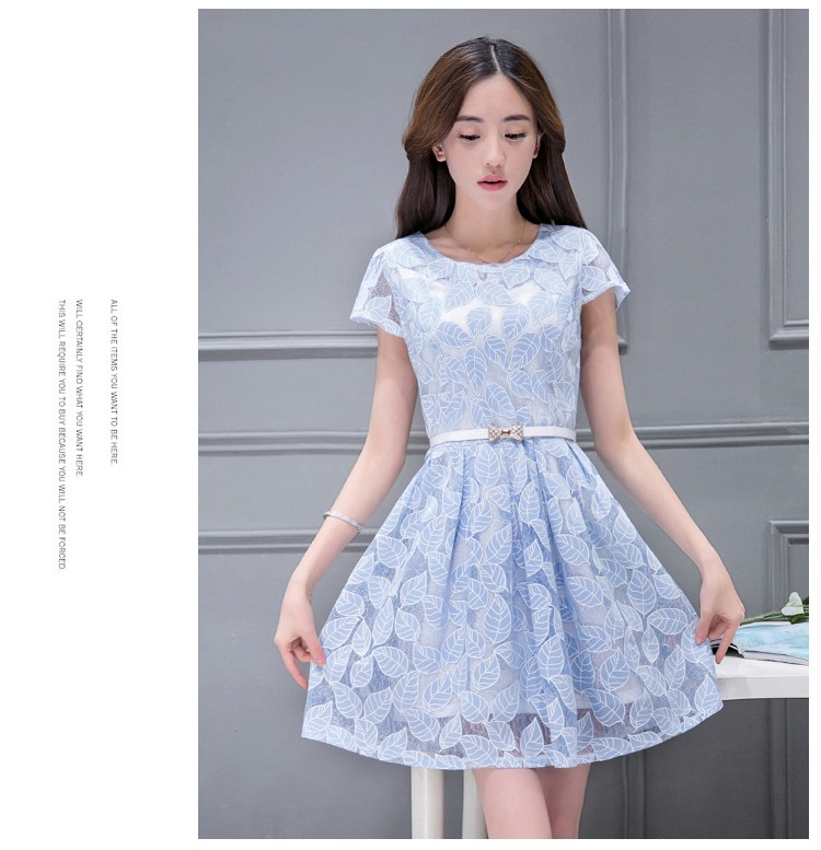 ชุดเดรสน่ารัก ผ้าลายใบไม้สีฟ้า เนื้อผ้าเงาสวย ตามเส้นใยของผ้า