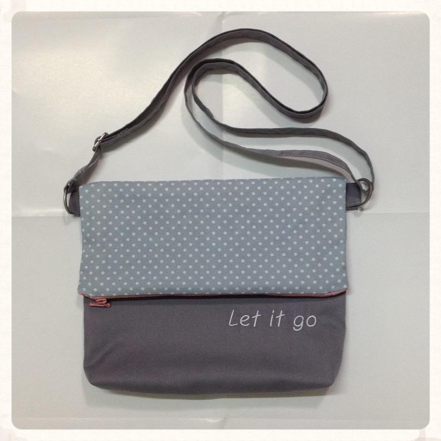 กระเป๋าสะพาย ปากพับ สะพายได้สองด้าน สีเทาลายจุด ติดซิป