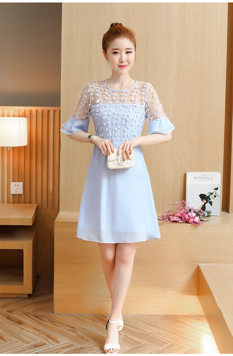 ชุดเดรสสีฟ้า ตัวเสื้อผ้าลูกไม้ปักลายใบไม้สีฟ้า เย็บต่อกับกระโปรงผ้าชีฟองเนื้อดีสีฟ้า