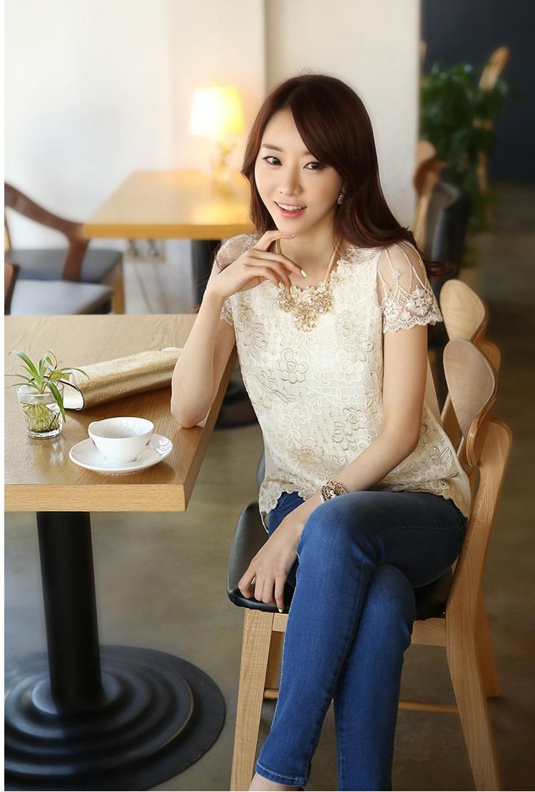 เสื้อผ้าชีฟอง สีขาว ด้านหน้าเสื้อเย็บซ้อนด้วย ผ้าลูกไม้ สีครีมเหลือบทอง แขนสั้น