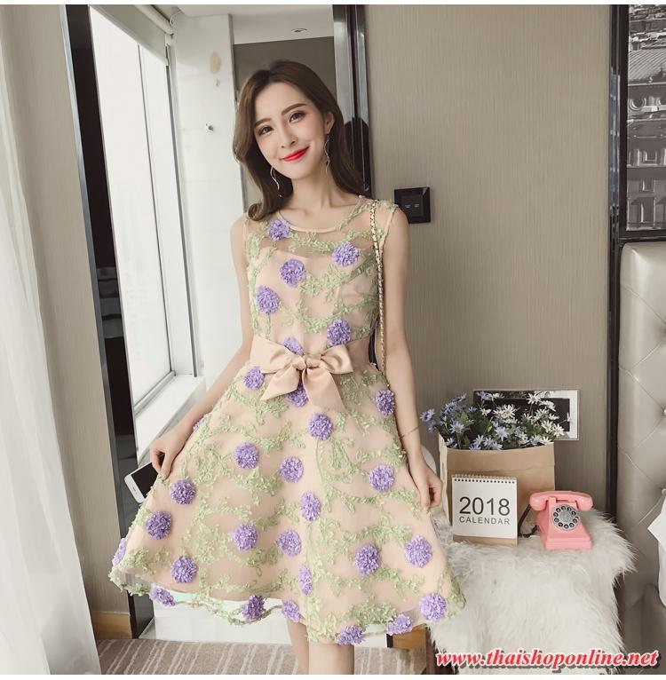ชุดเดรสผ้าไหมแก้ว organza ชนิดเนื้อย่น เดินเส้นผ้าเล็กๆ สีม่วงเป็นดอกไม้ และสีเขียวเป็นใบไม้