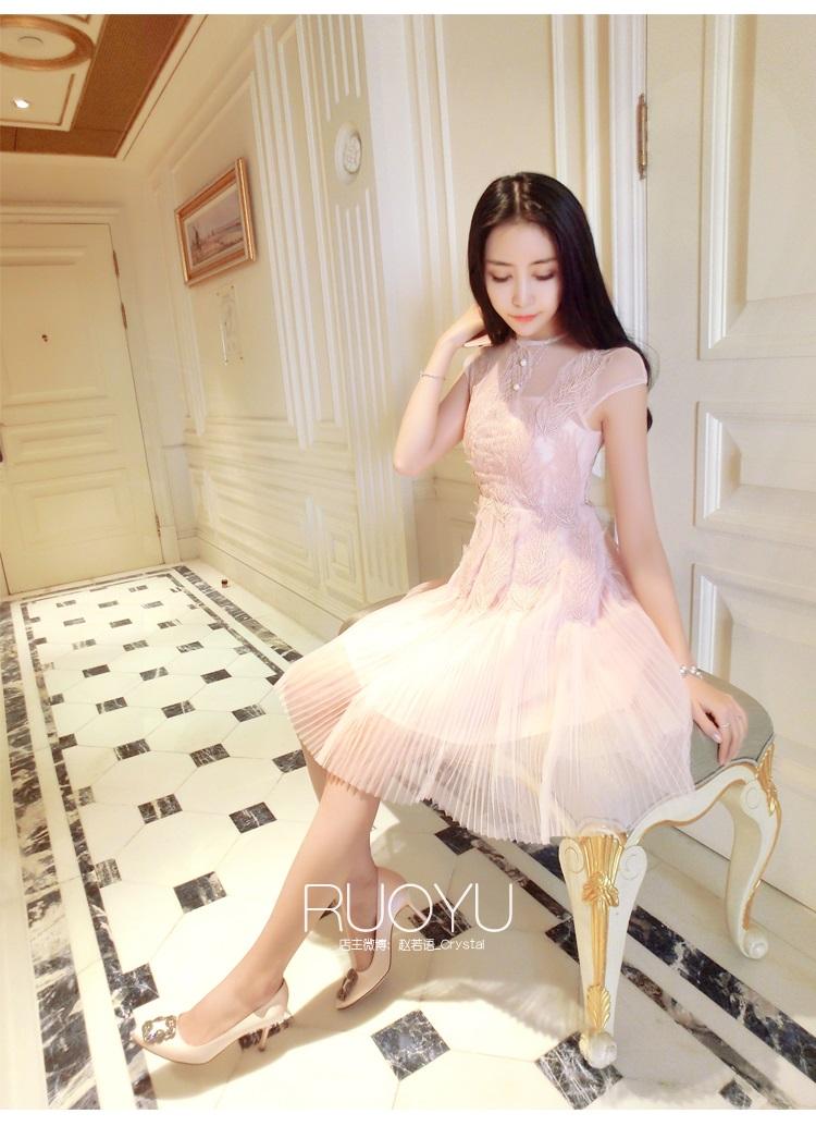 ชุดเดรสสวยๆ ตัวชุดเป็นผ้ามุ้ง สีชมพู เย็บซ้อนด้วยผ้าปักลายใบไม้ เข้ารูปช่วงเอว