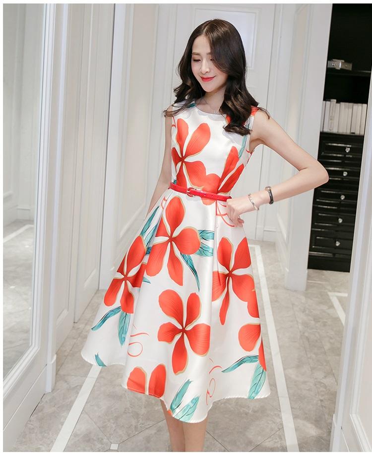ชุดเดรสยาว ผ้าซาตินพื้นสีขาว ลายดอกไม้ สีส้มแดง แขนกุด