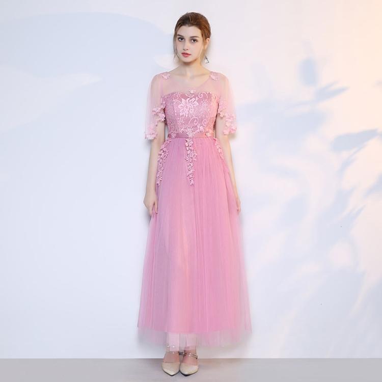 ชุดราตรียาว ตัวเสื้อเป็นผ้าลูกไม้สีชมพูเข้ม ช่วงไหล่และแขนเสื้อเป็นผ้าโปร่ง