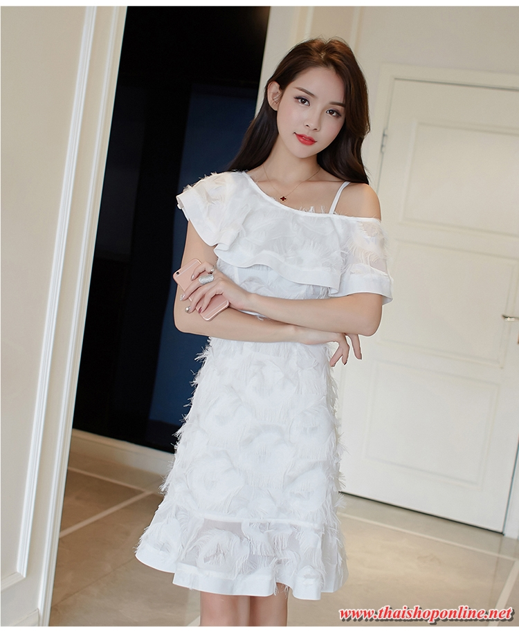 ชุดเดรสสั้น ผ้าคอตตอนผสมสีขาว ดีไซน์เหมือนขนนกฟรุ้งฟริ้ง เป็นสายเดี่ยว เปิดไหล่ข้างซ้าย