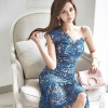 ชุดเดรสสวยๆ ผ้าถักโครเชต์สีน้ำเงินเข้ม แขนกุด และเปิดไหล่ข้างซ้าย