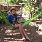 เปลเชือก Nylon พูกกับเสาบ้าน หรือต้นไม้ในนั่งเล่น
