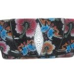 กระเป๋าสตางค์ปลากระเบน แบบ 3 พับ เม็ดใหญ่ ลวดลาย ดอกไม้และผีเสื้อราตรี หลากสีสีน Line id : 0853457150