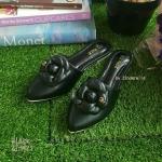 รองเท้าหัวแหลมแบบสวม ติดดอกคามิเลียพร้อม Logo CC