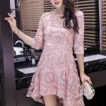 ชุดเดรสสวยๆ ตัวชุดผ้าโปร่งเนื้อละเอียด ตัวผ้าเดินเส้นผ้าริบบิ้นสีชมพูโค้งหยักตามแบบ