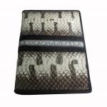 กระเป๋าพาสปอรต์หนังงู และ ปลากระเบน มีช่องให้ใส่ พาสปอรต์หรือบัตรสำคัญต่างๆ ได้หลายช่อง