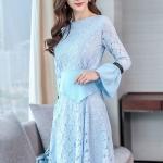 ชุดเดรสผ้าลูกไม้ ลายดอกไม้เนื้อดีสีฟ้า ผ้ามีน้ำหนักทิ้งตัวสวย เอวและปลายแขนเสื้อ แต่งด้วยผ้าโพลีเอสเตอร์สีฟ้า