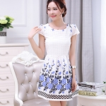 ชุดเดรสสั้น ผ้าไหมแก้วสีขาว ทอลายเส้นในตัว รอบคอเสื้อ และกระโปรงพิมพ์ลายดอกกุหลาบ สีฟ้าน้ำเงิน สวยมากๆ