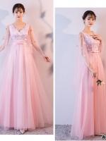 ชุดราตรียาวสีชมพู ใส่ออกงาน ตัวเสื้อผ้าโปร่งปักด้วยด้ายเป็นลายเส้น ก้านดอกไม้ สีเงิน