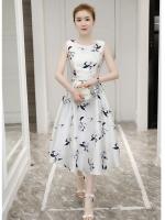ชุดเดรสผ้าซาติน เนื้อนิ่ม เงาสวย แขนกุด พื้นสีขาว พิมพ์ลายดอกไม้โทนสีขาวเทา เดรสเข้ารูปช่วงเอว