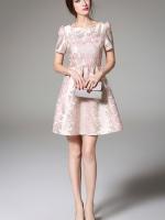 ชุดเดรสสวยๆ ผ้าไหมเกาหลีเนื้อดี พื้นสีครีม ตัวผ้ามีเส้นไหมสีทองทอร่วมอยู่ด้วย