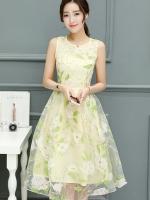 ชุดเดรสสวยๆ ผ้าไหมแก้ว organza สีครีม แขนกุด พิมพ์ลายดอกไม้สีขาว