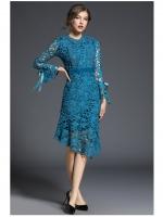 ชุดเดรสสวยๆ ผ้าถักโครเชต์สีฟ้าเข้มอมเขียว แขนยาว หน้าอกเสื้อแต่งด้วยผ้าถักโครเชต์