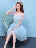 ชุดราตรีสีฟ้า ออกงานสุดสวย ตัวเสื้อด้านหน้าแต่งด้วยผ้าถักโครเชต์สีฟ้า ช่วงไหล่และแขนเสื้อเป็นผ้าโปร่ง