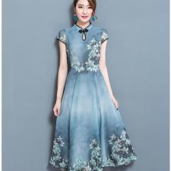 แมกซี่เดรสยาว ผ้าชีฟองเนื้อดี สีเขียวอมเทา คอจีน หน้าอก แขนเสื้อ และชายกระโปรงพิมพ์ลายดอกไม้