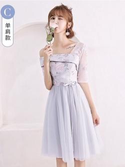ชุดราตรีออกงาน ตัวเสื้อผ้าลูกไม้ปักลายดอกไม้สีชมพู ใบไม้สีเทา งานปักสวยมากๆ ดีไซน์เก๋เปิดไหล่ด้านขวา