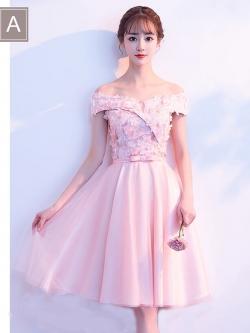 ชุดราตรีสั้น ออกงานสุดหรู สีชมพูโอรส ตัวเสื้อเป็นผ้าลูกไม้ปัก และแต่งด้วยดอกไม้สามมิติยื่นออกมาจากตัวชุด