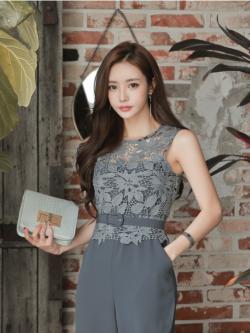 จั๊มสูทสุดสวยๆ ตัวเสื้อผ้าลูกไม้ถักเป็นลายดอกไม้ และใบไม้สีน้ำเงินอมเทา แขนกุด