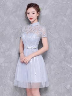 ชุดราตรีสั้น ออกงานสุดสวย ตัวเสื้อเป็นผ้าลูกไม้ลายดอกไม้สีเทา คอจีน แขนสั้น
