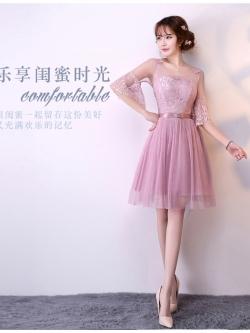ชุดราตรีสั้น ออกงานสุดสวย ตัวเสื้อเป็นผ้าลูกไม้เนื้อดีสีชมพูกะปิ ช่วงไหล่และแขนเสื้อเป็นผ้าโปร่ง