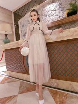 ชุดเดรสยาว ตัวเสื้อผ้าลูกไม้สีครีม คอปก แต่งหน้าอก และเอว ด้วยผ้าถักโครเชต์สีครีม สวยมากๆ