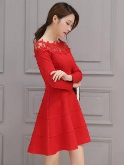 ชุดเดรสสีแดง ผ้าคอตตอนผสม เนื้อดี แขนยาวห้าส่วน คอเสื้อแต่งด้วยผ้าถักโครเชต์ลายดอกไม้