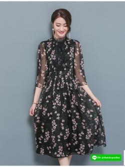ชุดเดรสยาว ผ้าชีฟองเนื้อดี พื้นสีดำ พิมพ์ลายดอกไม้สีชมพูอ่อน คอเสื้อและหน้าอกเสือแต่งด้วยผ้าถักโครเชต์สีดำ