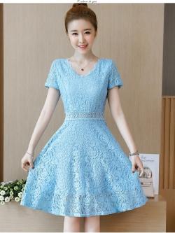 ชุดเดรสสีฟ้าวันแม่ เดรสผ้าลูกไม้เนื้อดีสีฟ้าเนื้อนิ่ม ทิ้งตัวสวย คอเสื้อ และเอวแต่งด้วยผ้าถักโครเชต์ตามแบบ