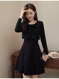 ชุดเดรสสีดำ เดรสผ้าโพลีเอสเตอร์ผสมสีดำ แขนยาว ตัวเสื้อด้านหน้า ดีไซน์เหมือนใส่เสื้อคลุมซ้อนทับ
