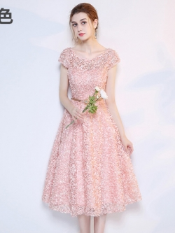 ชุดเดรสออกงาน สุดหรู ตัวชุดเป็นผ้าลายดอกไม้สามมิติสีชมพูโอรสยื่นออกมาจากตัวชุด