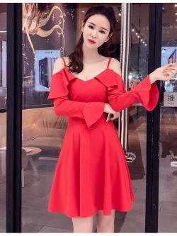 ชุดเดรสสีแดง ผ้าคอตตอนผสมspandex เนื้อนิ่มสีแดง สายเดี่ยว เปิดไหล่ แขนยาว ปลายแขนเสื้อทรงระบาย