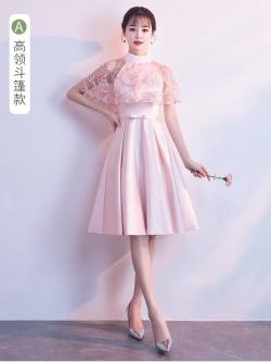 ชุดราตรีสั้นสุดหรู ผ้าซาตินสีชมพู ตัวเสื้อแขนกุด มีผ้าโปร่งเดินริบบิ้นหยักตามแบบสีชมพู