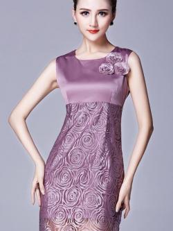 ชุดเดรสแขนกุด ต้วเสื้อผ้าซาติน สีกะปิ แต่งหน้าอกเสื้อด้วยดอกไม้