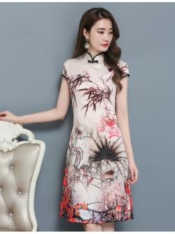 ชุดเดรสคอจีน ผ้าไหมเนื้อเงาสีครีม พิมพ์ลายตามแบบ เดรสทรงตรง แหวกที่ชายกระโปรงด้านข้างทั้ง 2 ข้าง
