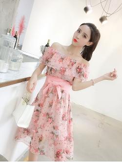 ชุดเดรสสั้นชีฟอง ผ้าเนื้อดีสีชมพู พิมพ์ลายดอกกุหลาบสีชมพู และแต่งด้วยผ้ารูปดอกไม้สีชมพู