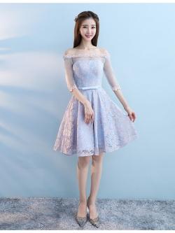 ชุดราตรีสั้น ใส่ออกงานสุดสวย ตัวเสื้อผ้าลูกไม้ลายดอกไม้สีชมพู ซับในด้วยผ้าซาตินสีฟ้า เปิดไหล่